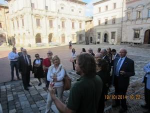 Ad accoglierci in piazza Grande a Montepulciano tanti amici rotariani e l'assistente del Governatore Alamanno Contucci. Insieme abbiamo ascoltato le dotte parole del professor Furio Durando che ha illustrato le bellezze artistiche del Duomo