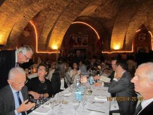 E per concludere la bella giornata, splendidamente organizzata dagli amici del Rc Chianciano-Chiusi Montepulciano presieduto da Carlo Vallesi,  tutti a cena nella cripta della Chiesa del Gesù. Questa è la tavolata dei nostri soci e  loro familiari