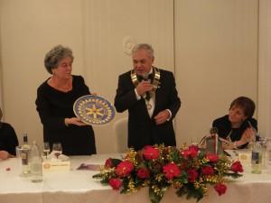 Il bellissimo piatto di ceramica decorato con la Ruota del Rotary donato dalla dottoressa Dominici al Club