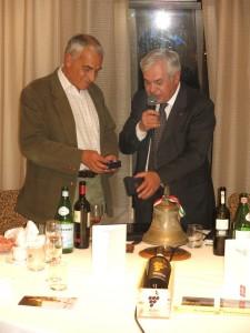 A conclusione della conviviale il Presidente Fornaciari consegna a Carlo Cignozzi, già rotariano del Rc Club Milano San Babila, un ricordo della serata
