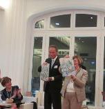 Il dono degli amici di Siena ai Presidenti del Rc di Weilheim Ulrich Bracker e del Rc Valence Beatrice Rey: due formelle con paesaggio di Siena appositamente realizzate dall'artista Francesco Del Casino