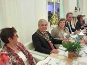 Ambiente raffinato, pietanze squisite, grandi vini per la cena di Gala tenutasi sabato 2 maggio al celebre ristorante Ernest di Valence. Qui il tavolo della presidenza