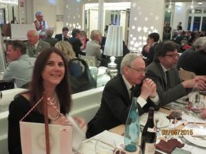 il sorriso di Elena Bindi seduta accanto a Mario Carmellini e al marito Riccardo Sansoni
