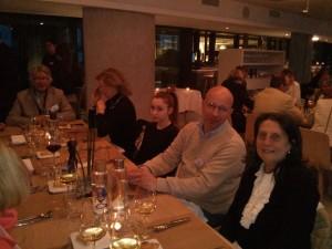 A capotavola Manlio Merlo con la moglie Marta Lucherini, Marta e Massimo Innocenti, Maria Carmellini