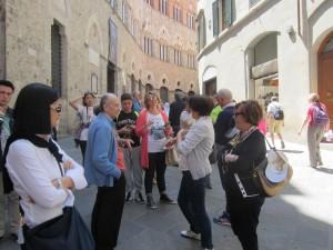Sosta, con spiegazione, davanti a Palazzo Chigi Saracini, sede della prestigiosa Aaccademia Chigiana