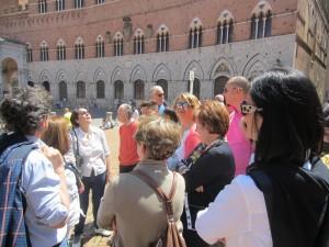 Piazza del Campo, il suo fascino, la sua bellezza: il salotto di Siena ha stregato gli amici di Pompei