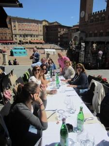 Brunch in piazza del Campo prima che i nostri amici pompeiani riprendessero la via di casa. Un altro momento gioioso che dobbiamo all'amico Duccio Panti che è riuscito, nonostante il giorno festivo, a farci accogliere al ristorante Fonte Gaia