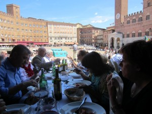 Che magnifico colpo d'occhio! A tavola, a sinistra si riconosce, l'amico Francesco Manfredini di Pompei e sullo sfondo Massimo Innocenti e Duccio Panti