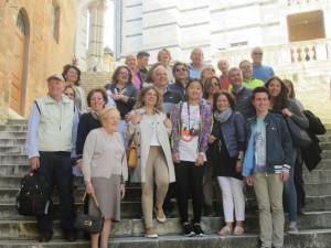 Tutti insieme in allegria: qui foto di gruppo sulla scalinata che conduce al Duomo
