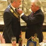 Il Presidente uscente appone la spilla di Presidente a Massimo Pagano