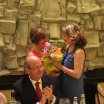 L'omaggio floreale di Lucia ad Enrica con gli auguri di una felice annata rotariana