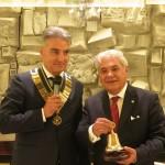 La campana, simbolo della Presidenza , donata dall'incoming  Pagano a Sandro Fornaciari